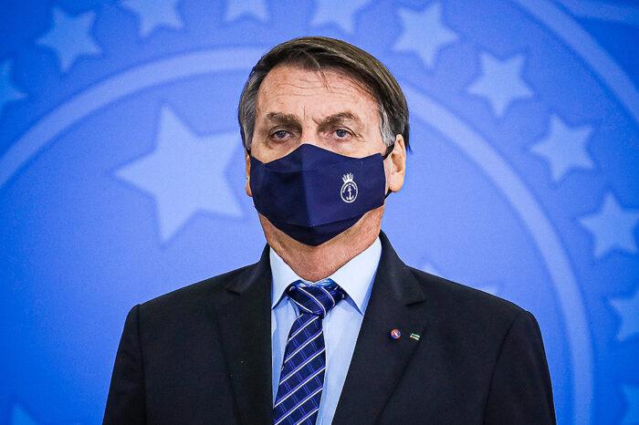 Senadores querem enquadrar Bolsonaro por falsificação de documento
